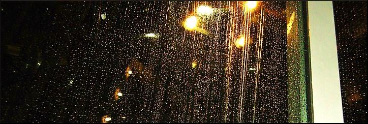 Regen auf der gläsernen Pyramide im Innenhof des Abgeordnetenhauses