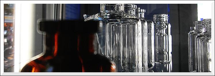 """Labor- und Arzneigläser, """"Glaswelten""""-Ausstellung, Ludwigsstraße"""