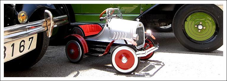 Tretauto vor Opel Laubfrosch