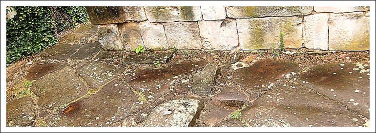 Reste der Porta praetoria, Haupttor des Legionslagers auf dem Kästrich, mit Wagenspuren