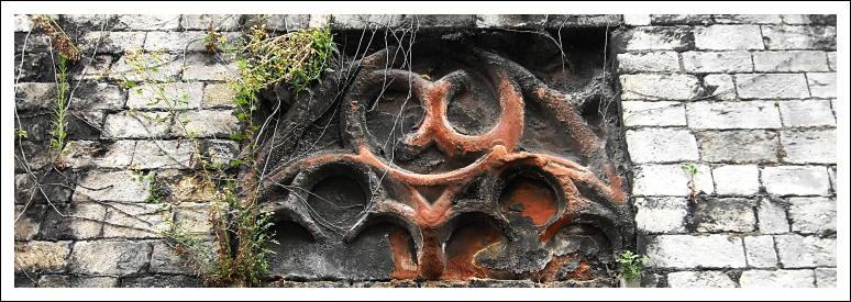 Maßwerk als Spolie im Mauerwerk unterhalb der Stephanskirche