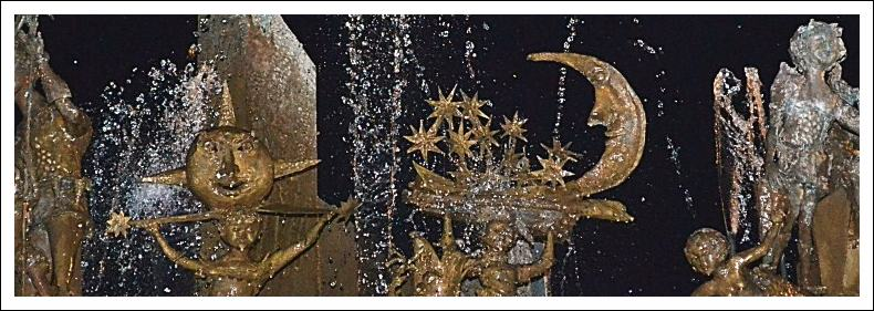 Das Bild zeigt den ein Detail des Fastnachtsbrunnens bei Nacht