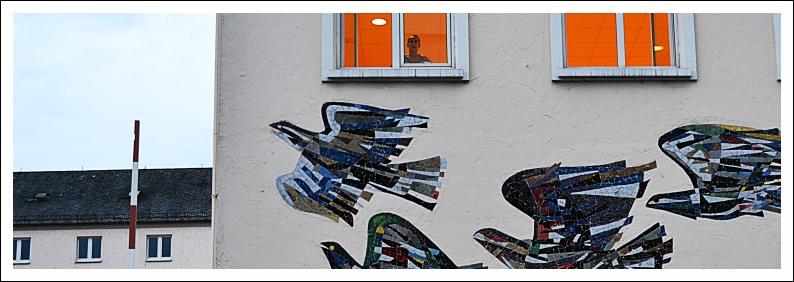 Brieftauben-Mosaik an einem ehemaligen Gebäude des Hauptpostamtes