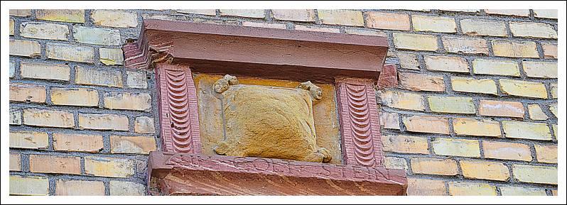 """Das Bild zeigt eine Spolie (als Baumaterial verwendeter steinerner Überrest) mit der Inschrift """"Zum Golt Stein"""""""