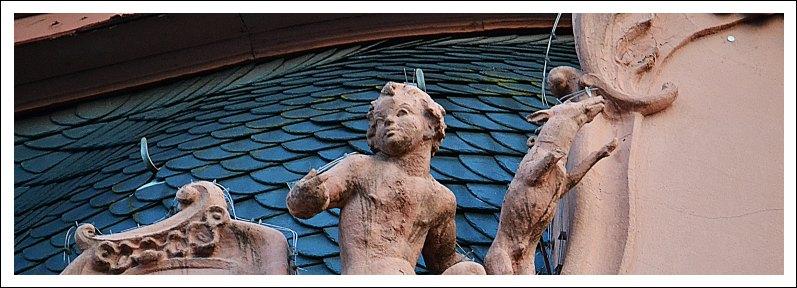Das Bild zeigt eine Figur auf dem Dach des Osteiner Hofes