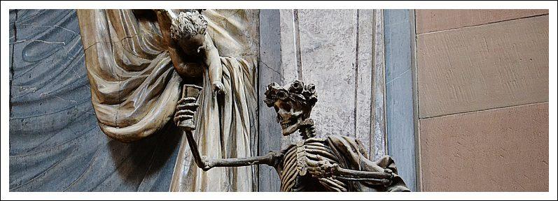 Das Bild zeigt die Figur eines Skelettes mit Stundenglas im Dom