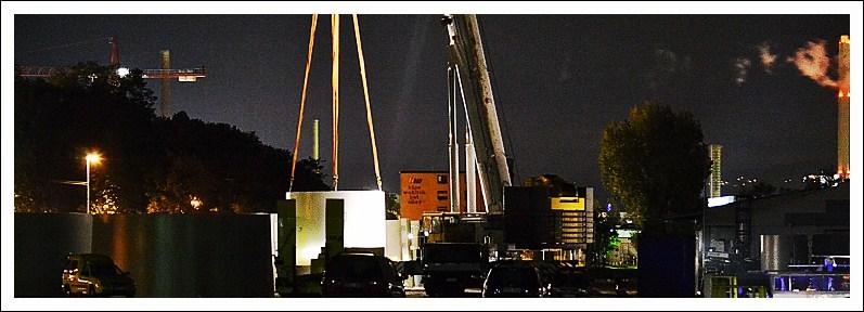 Das Bild zeigt die Verladung eines Beton-Bauteils bei Dunkelheit