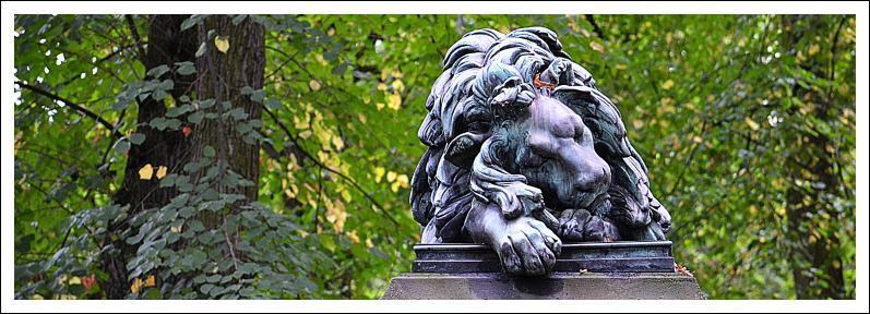 Das Bild zeigt die Skulptur eines schlafenden Löwen