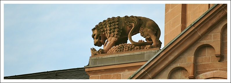 Das Bild zeigt eine Löwenfigur am Ostchor des Doms
