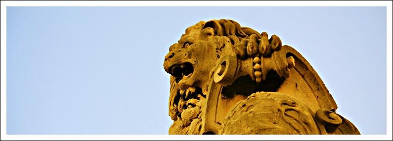 Das Bild zeigt die Figur eines Löwen auf dem Raimunditor