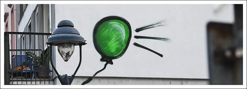 Das Bild zeigt das Graffiti eines Luftballons an einer Hauswand