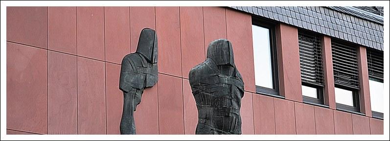 """Das Bild zeigt die Skulptur """"Mann vom Castrum"""" von Eberhard Linke"""