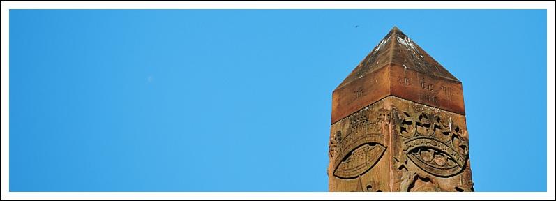 Das Bild zeigt die Spitze des Obelisken am Neubrunnenplatz