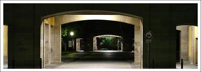 Das Bild zeigt zwei Torbögen auf dem Campus der Universität