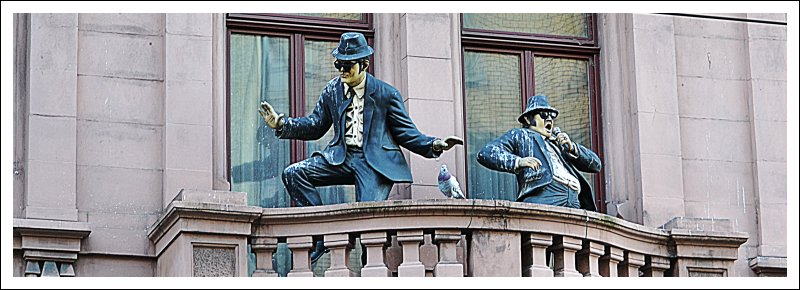 """Das Bild zeigt Figuren der """"Blues Brothers"""" auf einem Balkon"""
