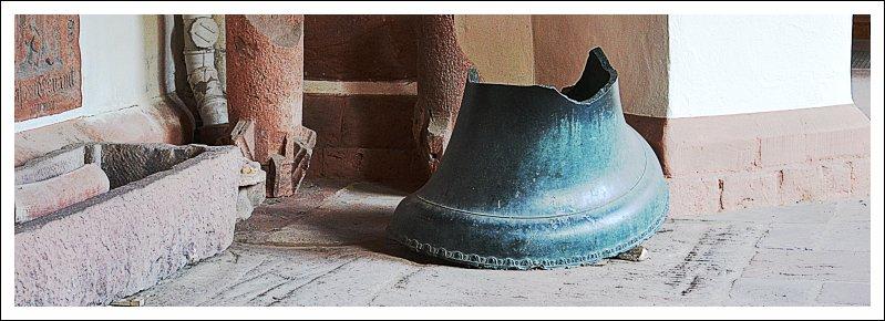 Das Bild zeigt eine zerstörte Glocke im Kreuzgang der Stephanskirche