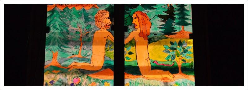 Das Bild zeigt eine Darstellung des Paradieses als Fensterglasmalerei an der Martinusschule