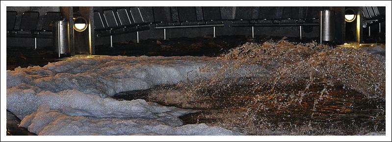 Das Bild zeigt den Brunnen am Höfchen mit Seifenschaum gefüllt