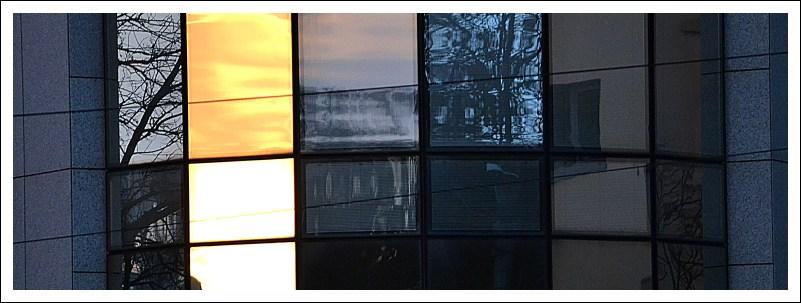 Spiegelungen in der Glasverkleidung eines Bürogebäudes am Aliceplatz
