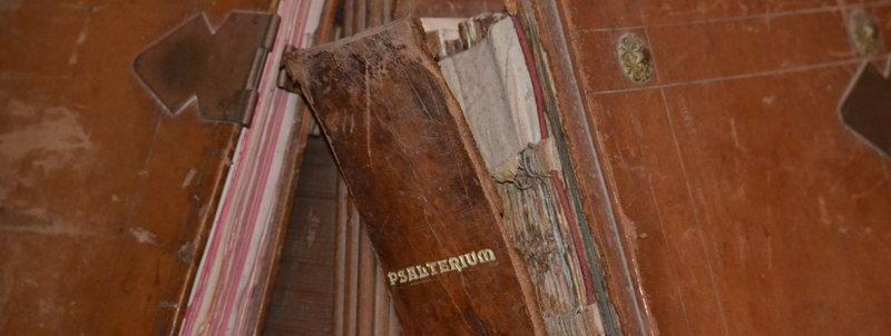Das Bild zeigt einen Psalter mit abgerissenem Buchrücken