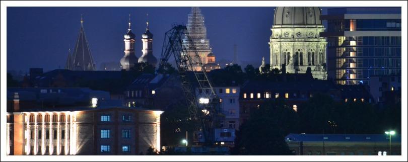 Das Bild zeigt eine nächtliche Ansicht der Mainzer Fluß-Seite von der Eisenbahnbrücke Nord