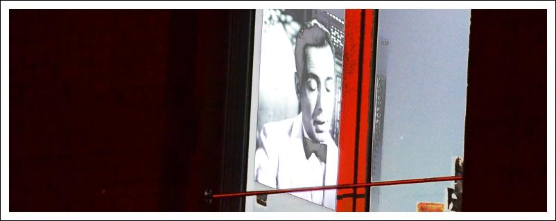 """Das Bild zeigt eine Szene von """"Casablanca"""" in einem dunklen Fenster"""