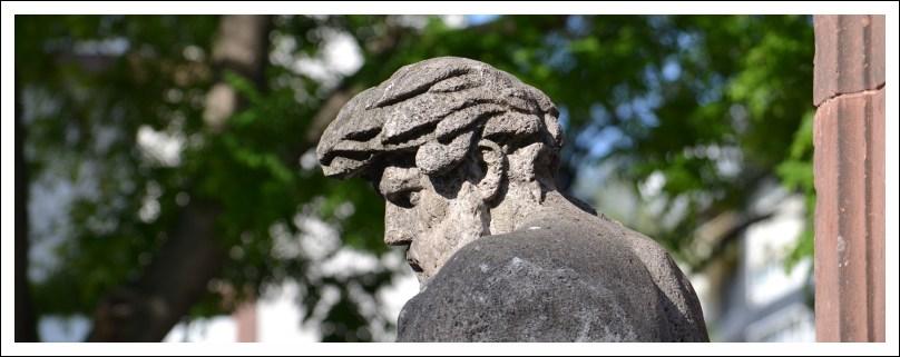 Das Bild zeigt die Skulptur eines Flußgottes am Neuen Brunnen