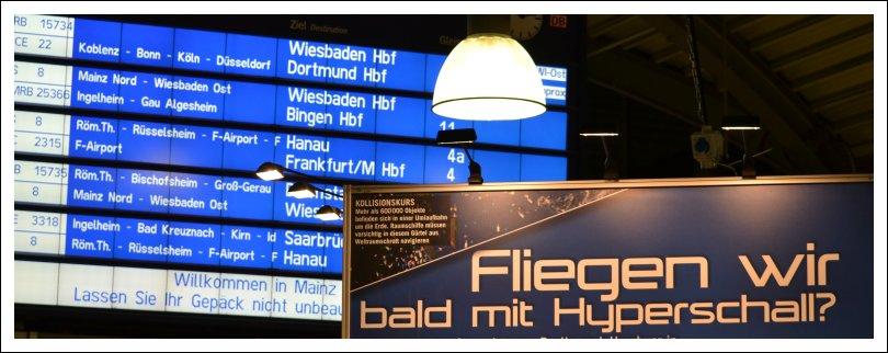 Das Foto zeigt die Stellwand einer Technik-Ausstellung vor einer Anzeigetafel