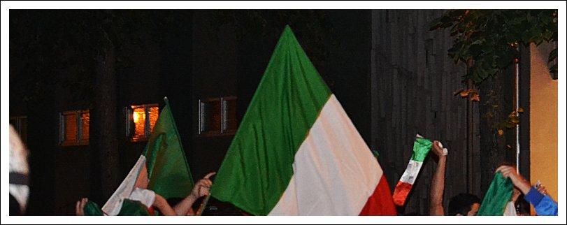 Das Bild zeigt italienische Fahnen