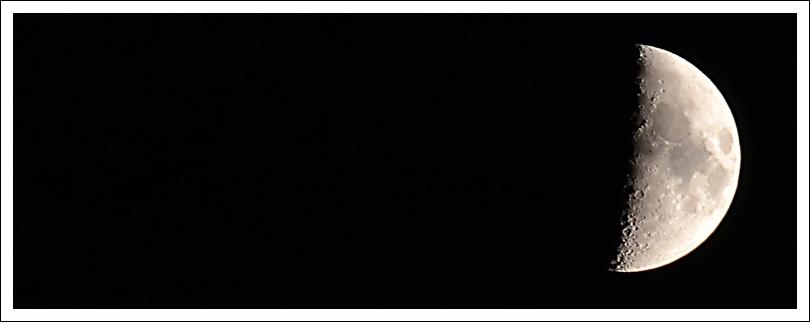 Das Foto zeigt einen zunehmenden Mond, einen Tag vor Halbmond