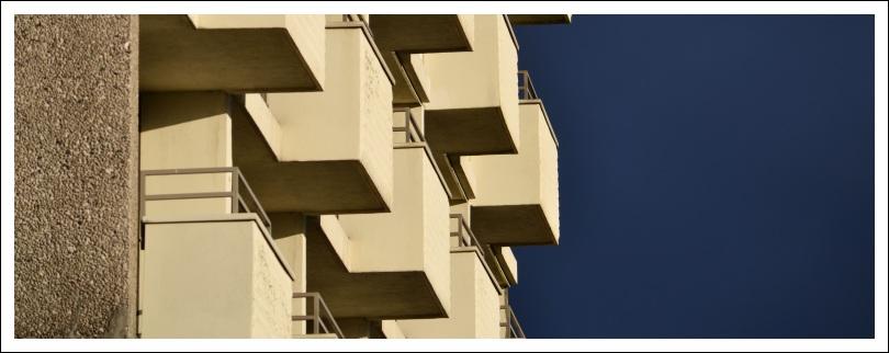 Das Foto zeigt Balkone an einem Hochhaus der Berliner Siedlung
