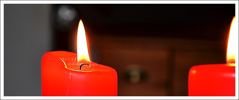 Das Foto zeigt eine brennende Kerze