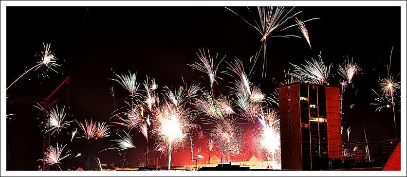 Das Foto zeigt Silvesterfeuerwerk mit Blick zur Kupferbergterrasse