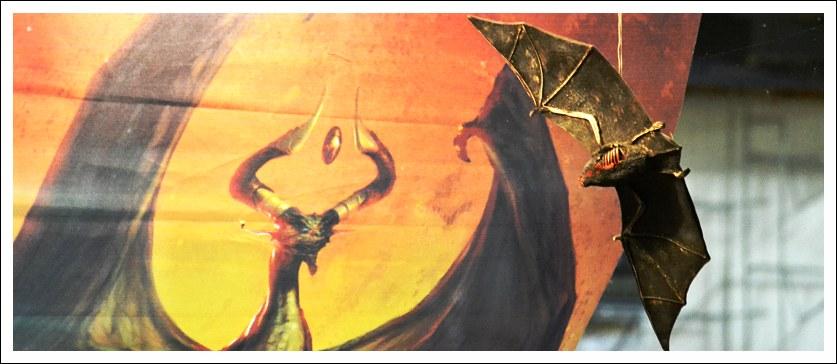 Das Bild zeigt eine Fledermaus-Figur im Schaufenster des Orcish-Outpost