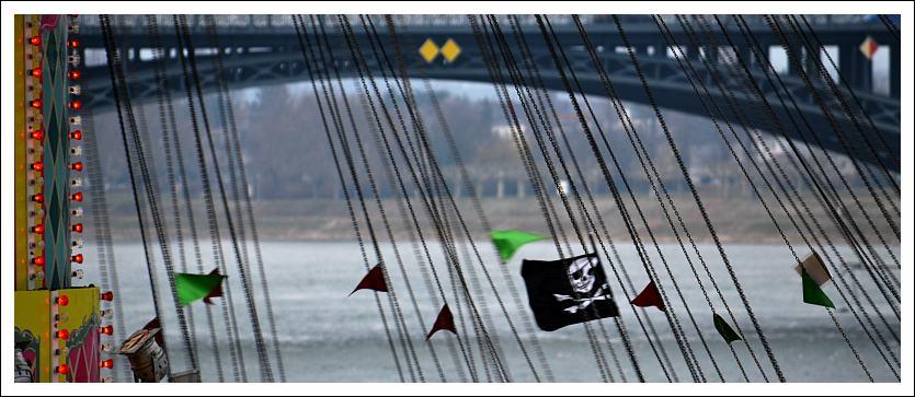 Das Foto zeigt die Piratenflagge, von einer Karusellkette hängend