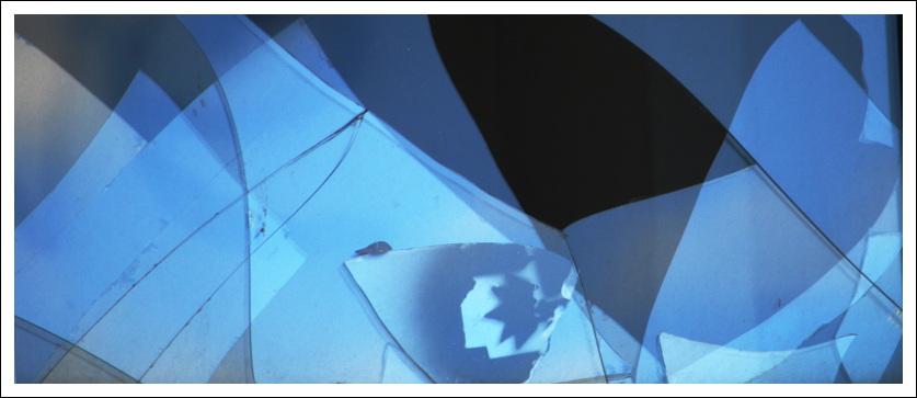 Das Bild zeigt zerbrochene Fensterscheibe